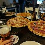 Pizza, piwo i przyjaciele - trzy P niezbędne dla udanego wieczoru.