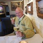 Knut koser seg med hvitvin før middagen