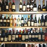 Een van de goed gevulde wijnkasten
