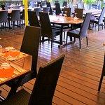 Terrasse ombragée du restaurant, en bord de Saône