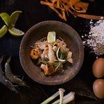 Pad Thai: fideos de arroz salteado con jibia, langostino, verduras, cacahuete, rábano y tamarind