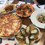 scoozi pizza feast 599 มีพิซซ่าถาดใหญ่ พิซซ่าถาดกลาง พาสต้า ชิคเก้นฟิงเกอร์ และขนมปังครีมมี่เพสโ