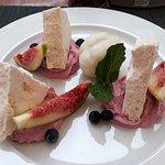 Десерт. Безе с сырным кремом, ягодами и сорбетом