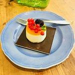 Una piccola monoporzione di cheesecake.