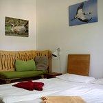 Bio-Hotel Kenners LandLust - im Kranichzimmer gibt es eine kleine Sitzbank, die auch mal ein Kinderbett werden kann.