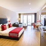 standart oda görünümü -Şehir manzarası  -50 m2'den başlayan büyüklük  -Minibar  -Split Klima  -Led TV (102 cm)  -Su ısıtıcı  -Saç Kurutma Makinesi  -Safe box  -Kablosuz İnternet  -7/24 Room Service