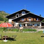 L'hôtel et sa terrasse face à la chaîne du Mont-Blanc.
