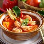 Bún tôm chua cay - Lekkere zoute en zure en lichte pikante noedelsoep met tomaat, ananas, tamarind en scampis.