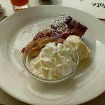 Warme appeltaart met ijs en slagroom