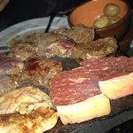 A sequência de Fondue é iniciada por fondue de queijo, depois carnes (picanha, frango, lombo e f