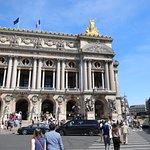 C'est la troisième statue à droite de la façade