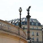Ces lampadaires se situent à l'ouest de l'opéra et on peut les voir de loin grâce à l'aigle