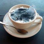 Đây là cà phê đen nóng, chỉnh ảnh hơi quá tay ^^