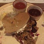 Placki gryczane z szarpana wieprzowiną z domowymi sosami.