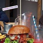 Burger z wołowiną i boczkiem