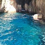 sosta alla grotta azzurra e tuffo nella acque turchesi grazie al fantastico skipper di hop hop