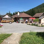 sehr gut besuchte Gaststätte Schwendi Kaltbad bei schönem Wetter