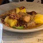 Vepřová pečeně, dušené bílé zelí, bramborové špalíky
