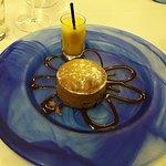 pastel caliente de avellana con sorbete de fruta de la pasión.