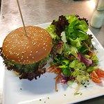 Burger mit Salatbeilage