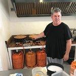 Este es el cocinero de uno de los mejores arroces que hemos comido.