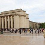 C'est la première statue qui se situe du côté gauche en se tenant face à la tour Eiffel