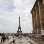 C'est la quatrième statue du côté droit en regardant la tour Eiffel
