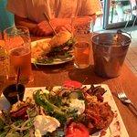 Au premier plan ma salade végétarienne, au second plan le burger et ses frites maison ! miam !