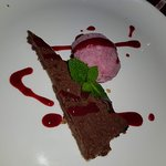 Torta de chocolate com sorvete de morango. Muito boa.