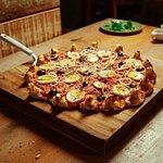 Pizza portuguesa com borda vulcão