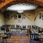 صورة فوتوغرافية لـ مطعم الكهف الاحمر