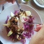 σαλάτα κόκκινο λάχανο με γιαούρτι ξυνόμηλο καρύδια