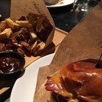 Burger klasyczny (bez warzyw) + frytki domowe (z sosem BBQ)