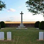 vista de la cruz de sacrificio con los campos de labor detras de ella