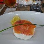 le saumon sur le fromage de chévre bio mais dommage sans petits pains grillés
