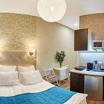 Номер Апартаменты-студио продуман в деталях - в наличии кухонный гарнитур со всей техникой и ванная комната.