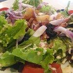 salade Paysanne : salade verte, tomate, pommes de terre et  lardons tièdes, oignons rouges, oeuf dur, olives