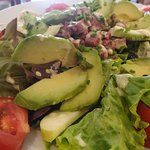 salade Pinochio : salade verte, tomate, lardons, gésiers, avocat,pomme fruit, olives