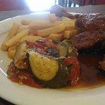 un exemple de plat du jour : cuisse de canard rôti, servi ici, avec frites et tian provençal. Le menu du jour  12.40 €  (entrée+ plat+dessert)