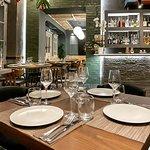Ο υψηλής αισθητικής σχεδιασμός του εστιατορίου μας συμπληρώνει τη γευστική εμπειρία