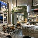 Στο μπαρ, εκτός από το γεύμα σας, μπορείτε να απολαύσετε ελληνικά και ξένα κρασιά