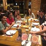 Na mesa servidos os pratos: Camarão internacional ( R$ 139,90 p/4), Praia de Boa Viagem (R$ 63,9