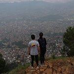 La primera parte de una caminata muy exigente. Llegamos a la cima del Cerro Pan de Azúcar después de recorrer todo el Jardín Circunvalar. Desde aquí se puede continuar hacia el Parque Arví.