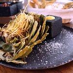 ALCACHOFA A LAS BRASAS: Alcachofa asada al carbón, con aderezo de chile serrano