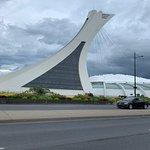 Imagen de la vista frontal del estadio principal de Montreal dentro del parque olímpico con mas estadios que ver!