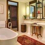 Des Indes II - Guest bedroom bathroom features