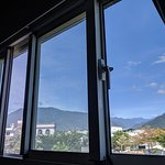 Double Suites have windows with great mountain views 二人小套房有中央山脈山景