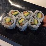 Sushi mit Lachs, Avocado und Philadelphia