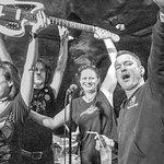 Gewinner der E-Gitarre bei einer Freak Show-Jubiläumsparty