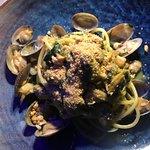 Spaghetto alle vongole con sbriciolata di tarallo.